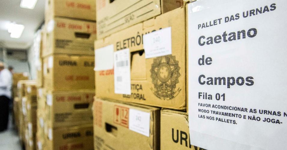 24.out.2014 - Urnas eletrônicas passam por triagem no cartório da 1ª zona eleitoral de São Paulo, no bairro da Bela Vista região central da cidade. Depois, devem ser distribuídas para as zonas eleitorais