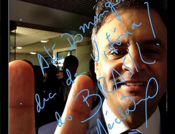 24.out.2014 - Aécio Neves, candidato do PSDB à Presidência da República, faz selfie antes do último debate do segundo turnos das eleições presidenciais