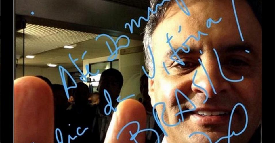 24.out.2014 - Aécio Neves, candidato do PSDB à Presidência da República, faz selfie antes do último debate do segundo turno das eleições presidenciais