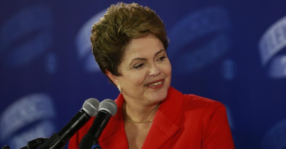 24.out.2014 - A presidente Dilma Rousseff, candidata à reeleição pelo PT, dá entrevista após último debate do segundo turno das eleições, promovido pela TV Globo nesta sexta-feira (24). No debate, Dilma Rousseff (PT) procurou fazer críticas à gestão de Fernando Henrique Cardoso (1995-2002) para desgastar Aécio Neves (PSDB), que escolheu a corrupção para tentar atingir a adversária