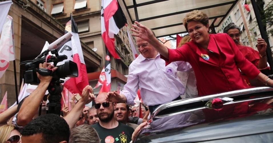 25.out.2014 - A presidente Dilma Rousseff (PT), candidata à reeleição, faz carreata em Porto Alegre (RS), após entrevista coletiva. Durante a entrevista, ela chamou de 'golpistas' as manifestações a favor do seu impeachment em caso de reeleição