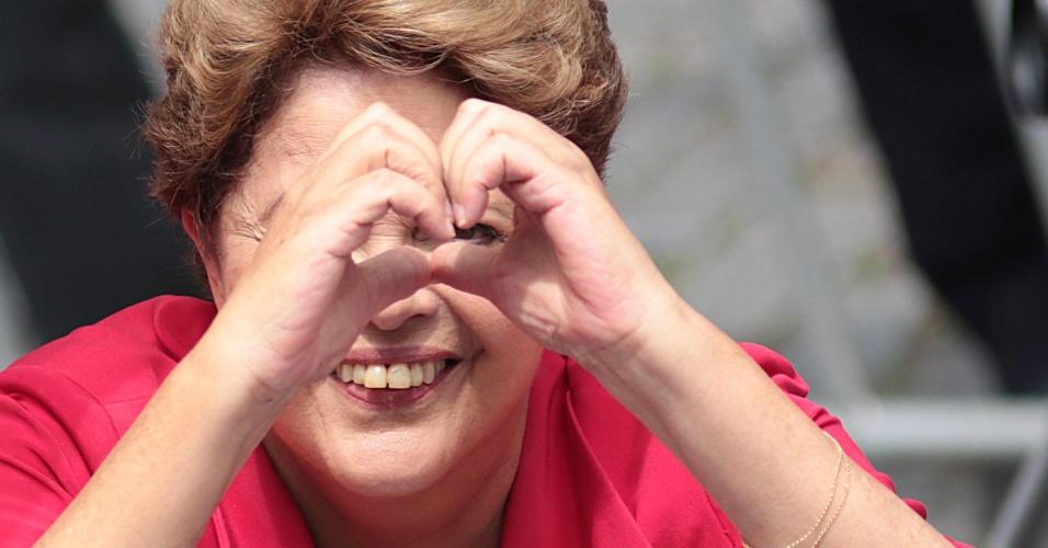 25.out.2014 - A presidente e candidata à reeleição, Dilma Rousseff (PT), faz um coração com as mãos durante uma caminhada pelas ruas de Porto Alegre (RS). O governador do Estado e também candidato à reeleição, Tarso Genro (PT), participou do ato junto com Dilma