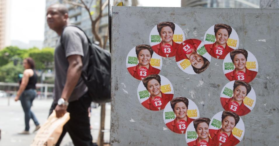 25.out.2014 - Adesivos da campanha à reeleição da presidente Dilma Rousseff (PT) são vistos em uma rua de Belo Horizonte neste sábado (25). Pesquisa Ibope divulgada mostra Dilma reeleita com 53% contra 47% de Aécio Neves (PSDB), enquanto o Datafolha aponta empate técnico com 52% para Dilma e 48% para Aécio
