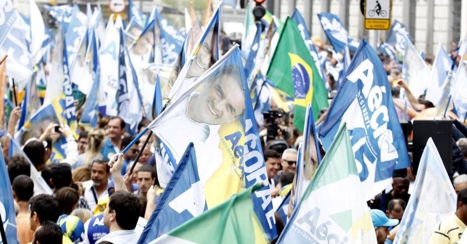 25.out.2014 - Apoiadores do PSDB fazem caminhada no centro de São Paulo (SP) na manhã deste sábado (25), véspera da eleição. A passeata foi da praça do Patriarca, na região do Anhangabaú, até a praça da República