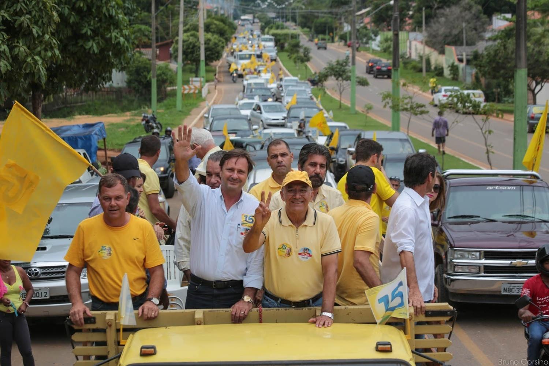 25.out.2014 - Confúcio Moura, governador de Rondônia e candidato à reeleição pelo PMDB, faz carreata com correligionários em Ouro Preto do Oeste. Ele lidera na última pesquisa divulgada pelo Ibope, em 17 de outubro, com 51% das intenções de voto. Expedito Júnior (PSDB) tem 49%