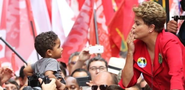 Dilma Rousseff (PT), presidente reeleita, manda beijo para uma criança durante ato de campanha