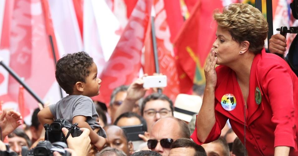 25.out.2014 - Dilma Rousseff (PT), presidente e candidata à reeleição, manda beijo para uma criança durante ato de campanha em Porto Alegre (RS) neste sábado (25), véspera do segundo turno das eleições