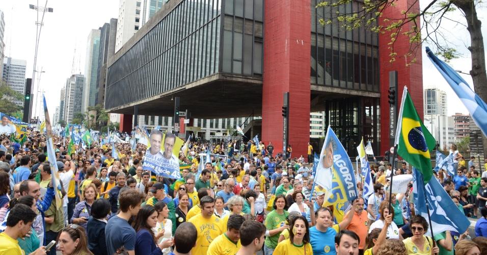 25.out.2014 - Militantes de Aécio Neves (PSDB) fazem ato de apoio ao candidato à Presidência na avenida Paulista, em São Paulo, e passam em frente ao Masp. O tucano lidera as intenções de voto no Estado, com 55% contra 34% de Dilma Rousseff (PT), de acordo com pesquisa Datafolha divulgada na última sexta-feira (24). No primeiro turno, Aécio alcançou em São Paulo 44,2% dos votos e Dilma, 25,8%