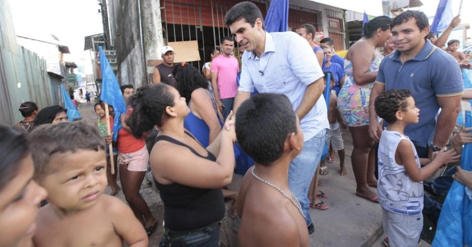 25.out.2014 - Helder Barbalho, candidato do PMDB ao governo do Pará, faz caminhada em bairros de Belém. Ele tem 52% das intenções de voto, segundo pesquisa Ibope divulgada em 18 de outubro. Seu oponente, o governador e candidato à reeleição, Simão Jatene, tem 48%