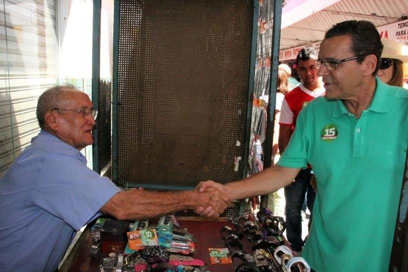25.out.2014 - Henrique Alves, candidato do PMDB ao governo do Rio Grande do Norte, cumprimenta eleitor durante caminhada pelo centro de Natal. Ele tem 46% das intenções de voto, segundo pesquisa Ibope divulgada em 15 de outubro. Seu adversário, Robinson Faria (PSD), tem 54%