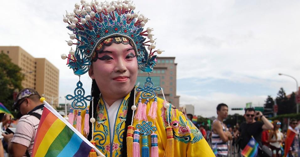 25.out.2014 - Homem se veste com fantasia da Ópera da China durante a 12ª parada do orgulho gay em Taipé, Taiwan, na China, neste sábado (25). Participantes da China, Japão e Tailândia demonstram apoio aos direitos das minorias sexuais ao participar do evento, que é o maior da Ásia