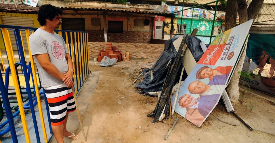 25.out.2014 - Homens das Forças Armadas atuam na segurança de comunidades do complexo de favelas da Maré, na zona norte do Rio de Janeiro, um dia antes das eleições