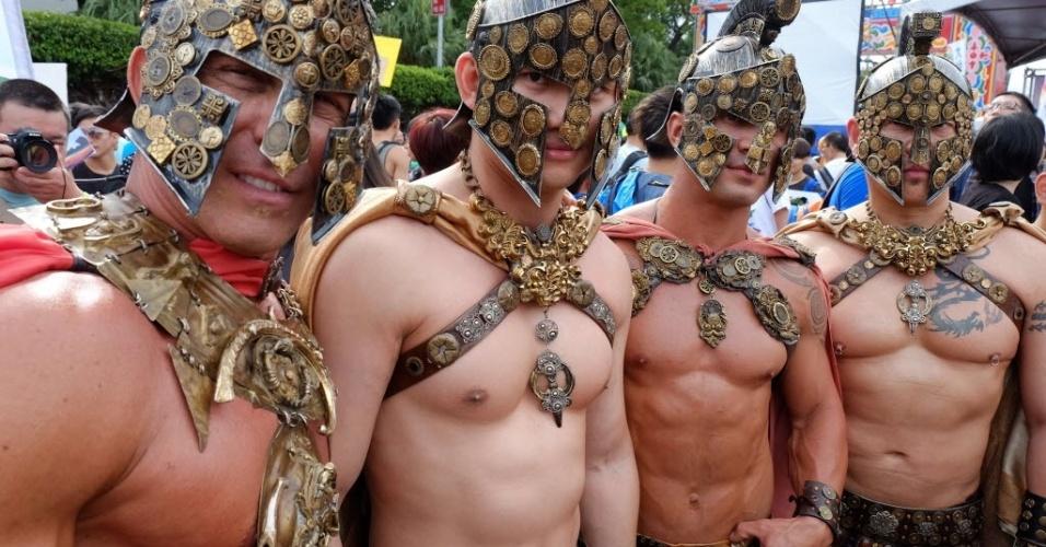 25.out.2014 - Homens se fantasiam de guerreiros durante a 12ª parada do orgulho gay em Taipé, Taiwan, na China, neste sábado (25). Participantes de toda a China, Japão e Tailândia apoiam os direitos das minorias sexuais ao participar do evento, que é o  maior do tipo na Ásia