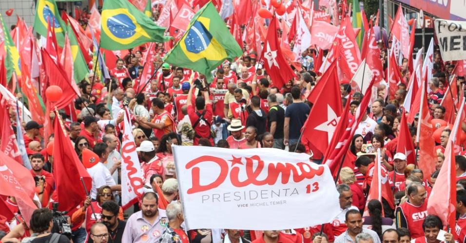 25.out.2014 - Militantes favoráveis à reeleição da presidente Dilma Rousseff (PT) realizam ato em São Bernardo do Campo (SP) neste sábado (25), véspera do segundo turno das eleições.