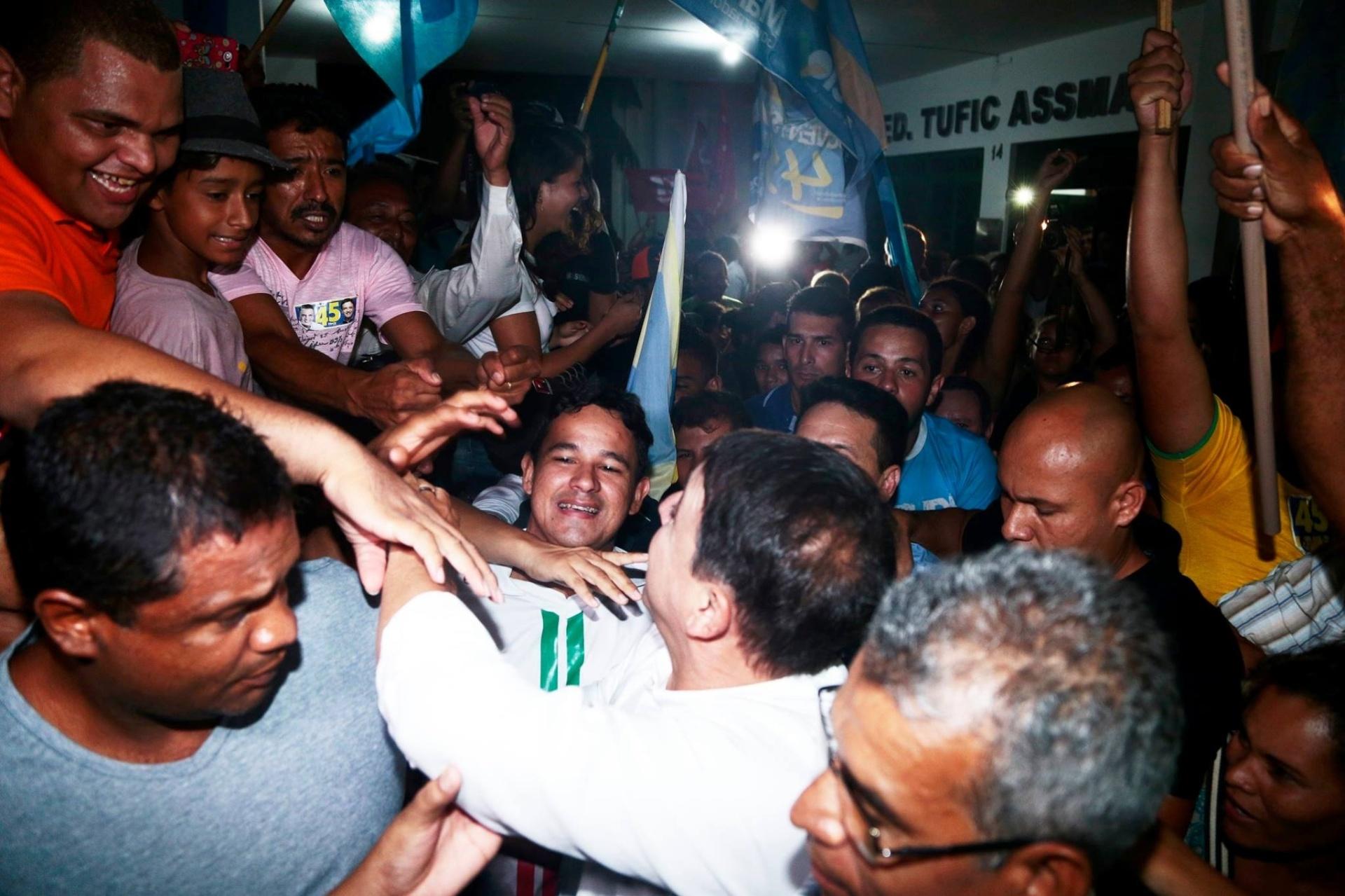 25.out.2014 - Márcio Bittar, candidato do PSDB ao governo do Acre, é cercado por eleitores durante ato de campanha, nessa  sexta-feira (24). Ele tem 47% das intenções de voto, segundo pesquisa Ibope divulgada em 17 de outubro. Tião Viana (PT) tem 53%