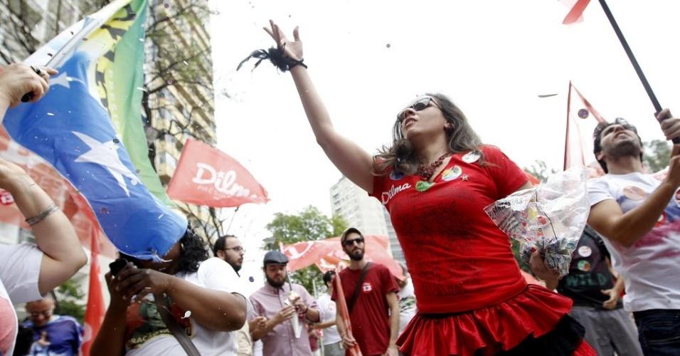 25.out.2014 - Militantes do PT na praça Roosevelt, em São Paulo, organizam um cordão carnavalesco, o Cordão Coração Valente, em apoio à reeleição da presidente Dilma Rousseff (PT).