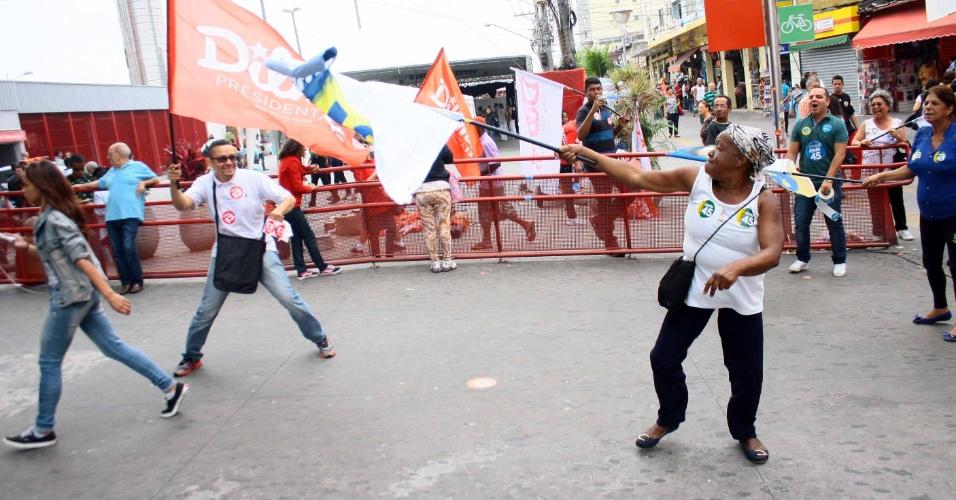 25.out.2014 - Militantes do PT, que apoiam Dilma Rousseff, e do PSDB, que apoiam Aécio Neves, se encontram na Praça Antonio Menck, em Osasco (SP), neste sábado (25). O ato permanecia pacífico