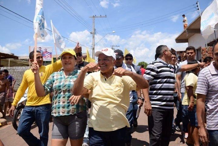 25.out.2014 - No último dia de campanha, José Melo (Pros), governador do Amazonas e candidato à reeleição, faz carreata com militantes na cidade de Beruri