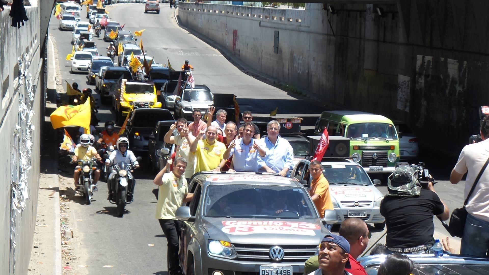 25.out.2014 - No último dia de campanha, o candidato do PT ao governo do Ceará, Camilo Santana, participa de carreata pelas ruas de Fortaleza. Ele lidera a última pesquisa de intenção de voto, divulgada pelo Datalha em 23 de outubro, com 57%. Eunício de Oliveira (PMDB) tem 43%