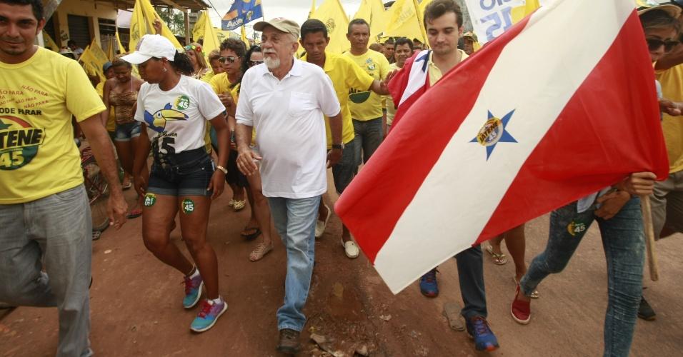 25.out.2014 - No último dia de campanha, o governador do Pará e candidato à reeleição pelo PSDB, Simão Jatene, faz caminhada no Distrito Outeiro, em Belém