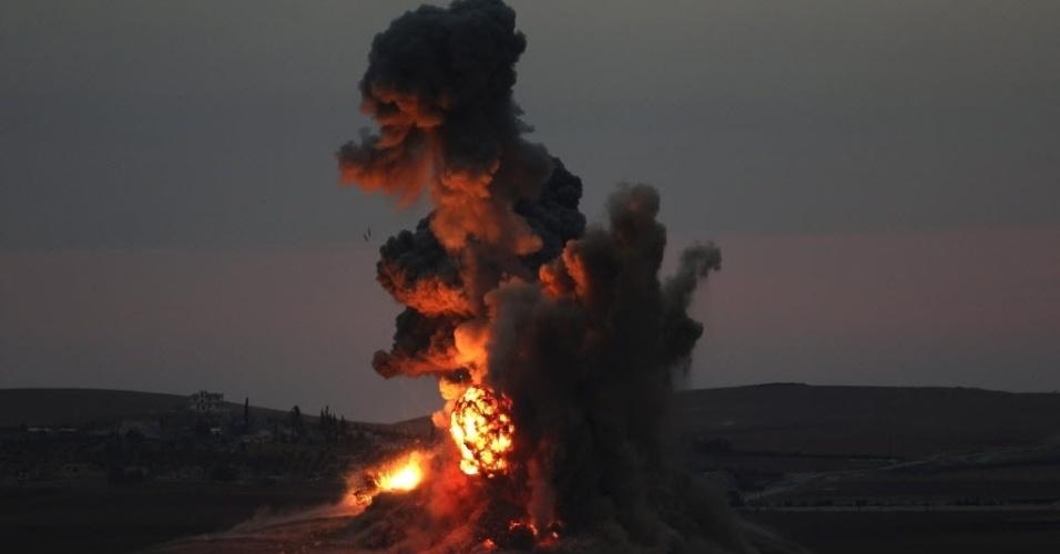 25.out.2014 - Nuvem de fumaça e poeira é vista após ataque aéreo na cidade síria de Kobani, na fronteira com a Turquia nesta quinta-feira (23). Os jihadistas do grupo Estado Islâmico (EI) realizaram neste sábado (25) um novo ataque em direção à fronteira com a Turquia, ao norte de Kobani