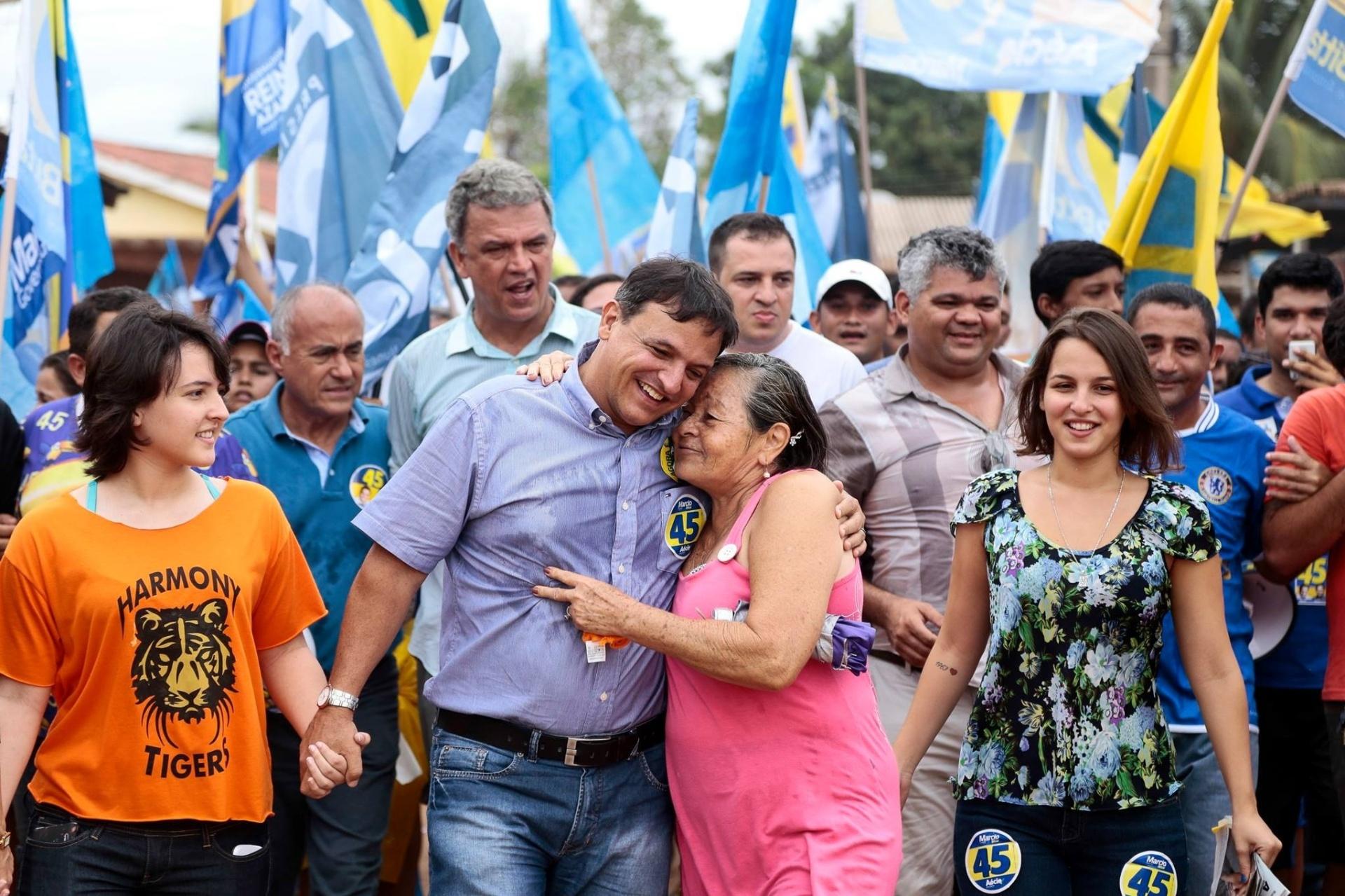 25.out.2014 - O candidato ao governo do Acre pelo PSDB, Márcio Bittar, faz caminhada com sua família e correligionários no bairro de Sobral, em Rio Branco. Pela manhã, ele publicou em sua página no Facebook um vídeo de agradecimento aos eleitores