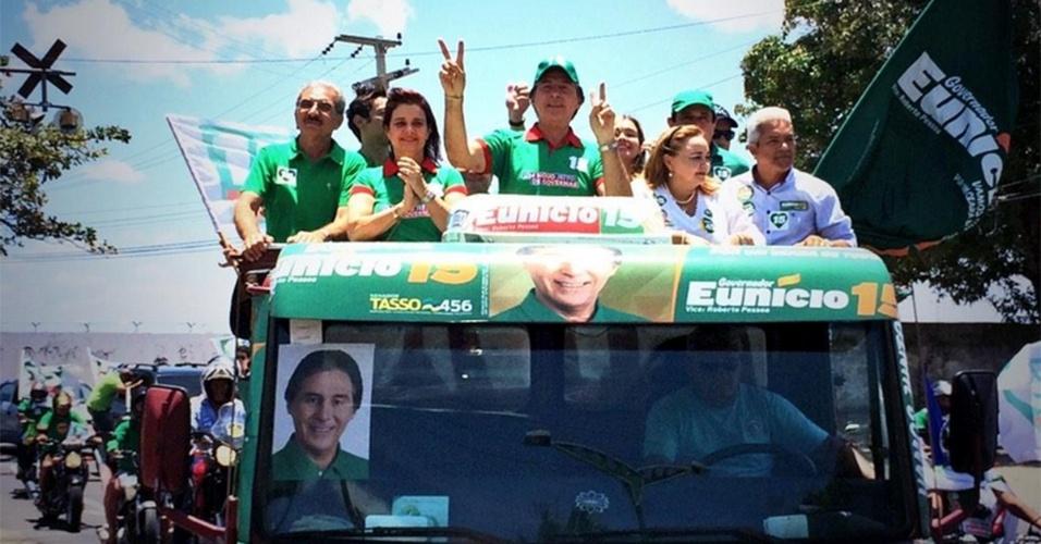 25.out.2014 - O candidato ao governo do Ceará Eunício Oliveira (PMDB) faz carreata pelas ruas do bairro de Vila União, em Fortaleza (CE), neste sábado (25). Segundo pesquisa feita pelo Datafolha, Eunício está com 43% das intenções de votos, contra 57% do seu adversário político, Camilo Santana (PT)