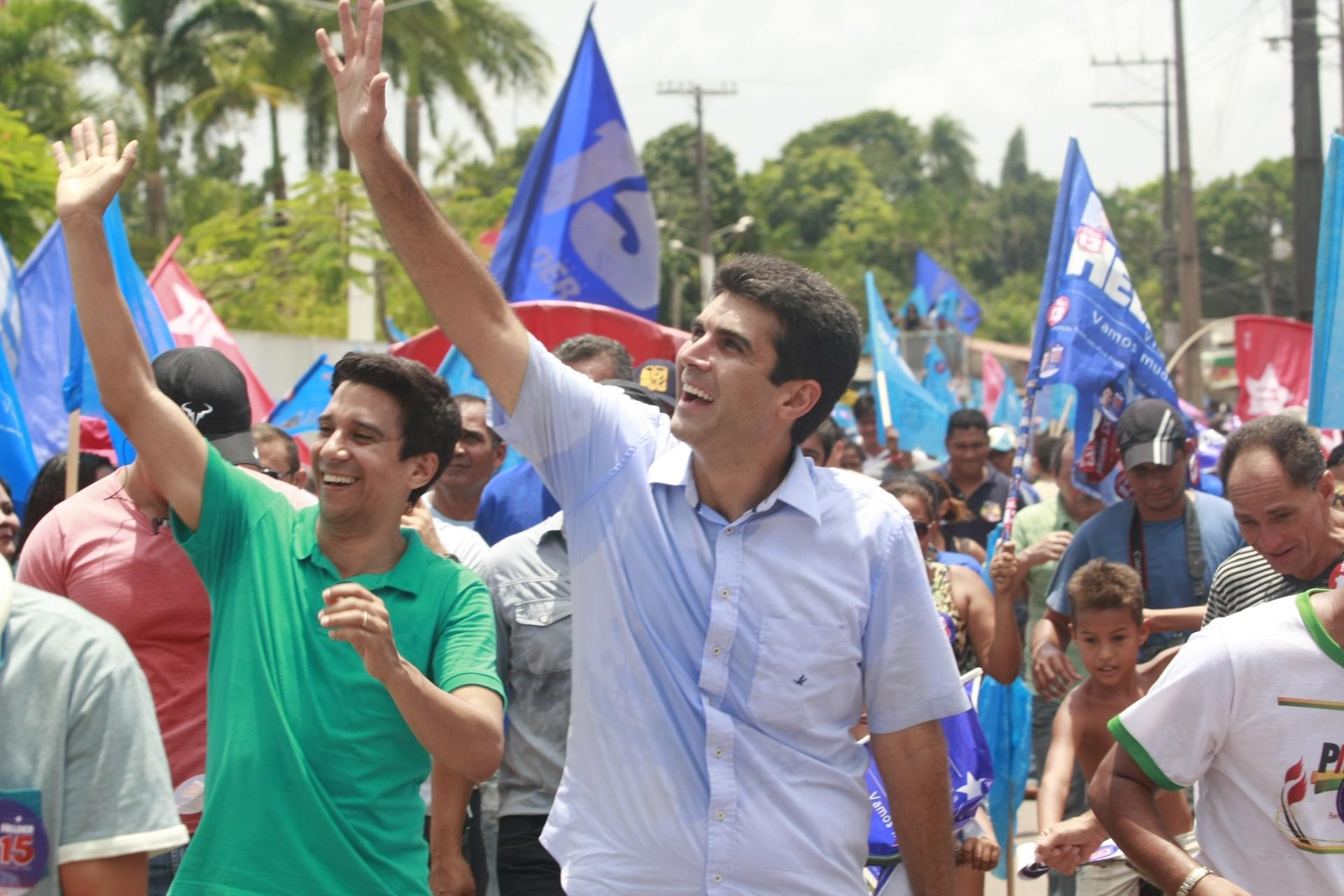 25.out.2014 - O candidato ao governo do Pará pelo PMDB, Helder Barbalho, faz caminhada de campanha no município de Marituba