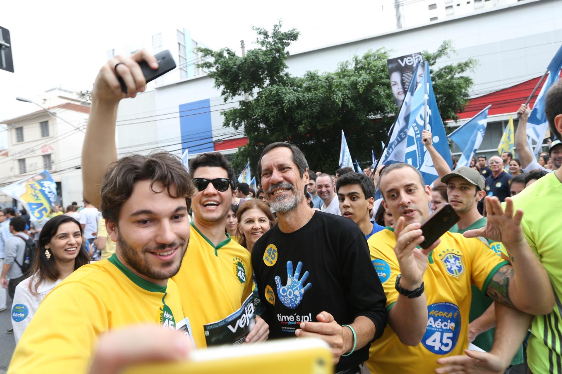 25.out.2014 - O candidato derrotado à Presidência Eduardo Jorge (PV) tira selfie com militante durante evento em apoio à candidatura de Aécio Neves na avenida Paulista, em São Paulo