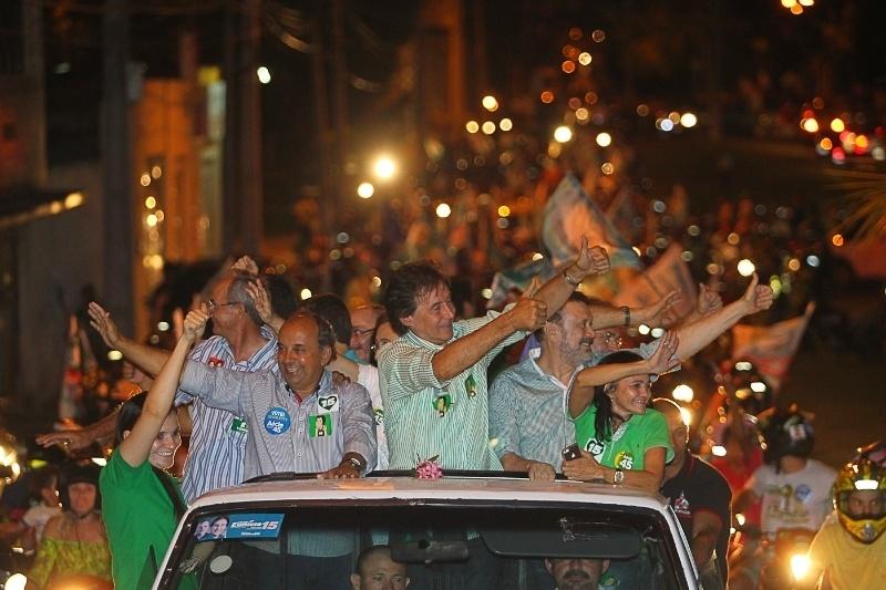25.out.2014 - O candidato do PMDB ao governo do Ceará, Eunício Oliveira, participa de carreata na cidade de Sobral. Ele tem 43% das intenções de voto, segundo pesquisa Datafolha divulgada em 23 de outubro. Camilo Santana (PT) tem 57%