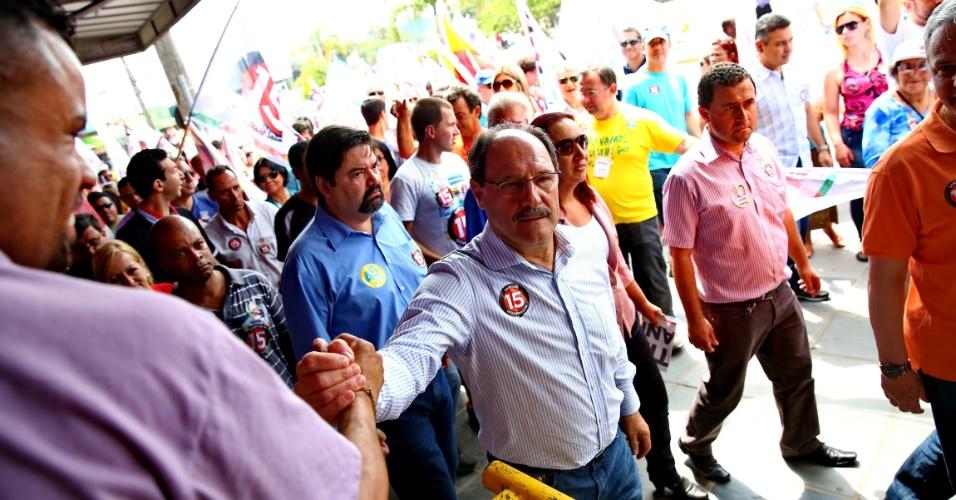 25.out.2014 - O candidato do PMDB ao governo do Rio Grande do Sul, José Ivo Sartori, faz caminhada no centro de Cachoeirinha, na região metropolitana de Porto Alegre. Ele estava acompanhado pelo prefeito da cidade, Vicente Pires (PSB)