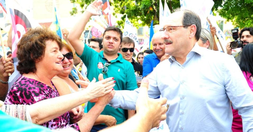 25.out.2014 - O candidato do PMDB ao governo do Rio Grande do Sul, José Ivo Sartori, faz caminhada no centro de Canoas, nessa sexta-feira (24). Depois concedeu uma entrevista coletiva. Ele está à frente na pesquisa eleitoral divulgada pelo Ibope em 24 de outubro, com 59% das intenções de voto. Tarso Genro (PT) tem 41%