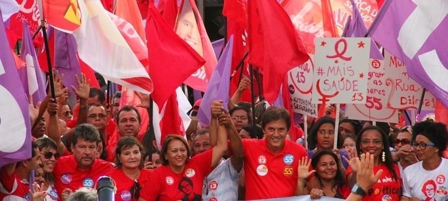 25.out.2014 - O candidato do PSD ao governo do Rio Grande do Norte, Robinson Faria, participa de caminhada com mulheres ao lado da senadora eleita Fátima Bezerra (PT), no bairro de Alecrim, Natal, nessa sexta-feira (24). Ele tem 54% das intenções de voto, segundo pesquisa Ibope divulgada em 15 de outubro. Seu adversário, Henrique Alves (PMDB), tem 46%