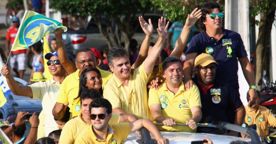 25.out.2014 - O candidato do PSDB a governo da Paraíba, Cassio Cunha Lima, faz carreta em cidades como Mamanguape, Itapororoca e Araçagi, na sexta-feira (24). Ele tem 47% das intenções de voto, segundo pesquisa Ibope divulgada em 17 de outubro. Seu oponente, Ricardo Coutinho (PSB), tem 53%