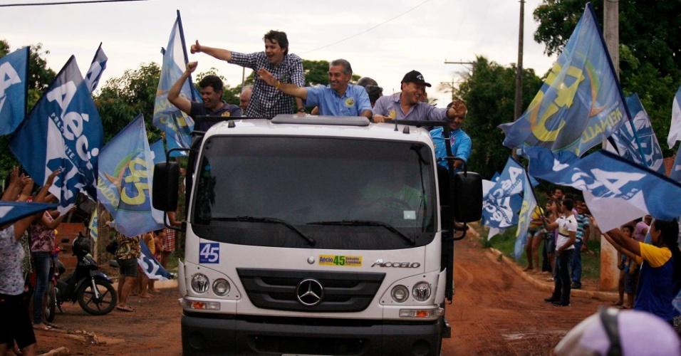 25.out.2014 - O candidato do PSDB ao governo do Mato Grosso do Sul, Reinaldo Azambuja, faz carreata na cidade de Coxim. Ele aparece numericamente à frente na última pesquisa Ibope, divulgada em 20 de outubro, com 51% das intenções de voto. Seu oponente, Delcídio do Amaral (PT), tem 49%