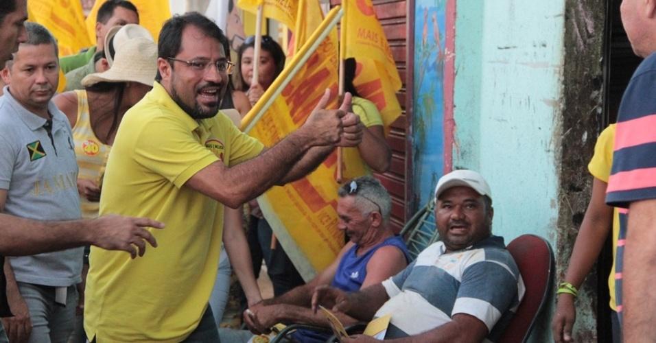 25.out.2014 - O governador do Amapá e candidato à reeleição pelo PSB, Camilo Capiberibe (de amarelo), faz campanha no Jardim Felicidade, em Macapá, capital do Estado. De acordo com pesquisa Ibope divulgada no último dia 17, Capiberibe está em segundo lugar na disputa, com 34% das intenções de votos válidos. O candidato Waldez Góes (PDT) lidera a corrida, com 66%