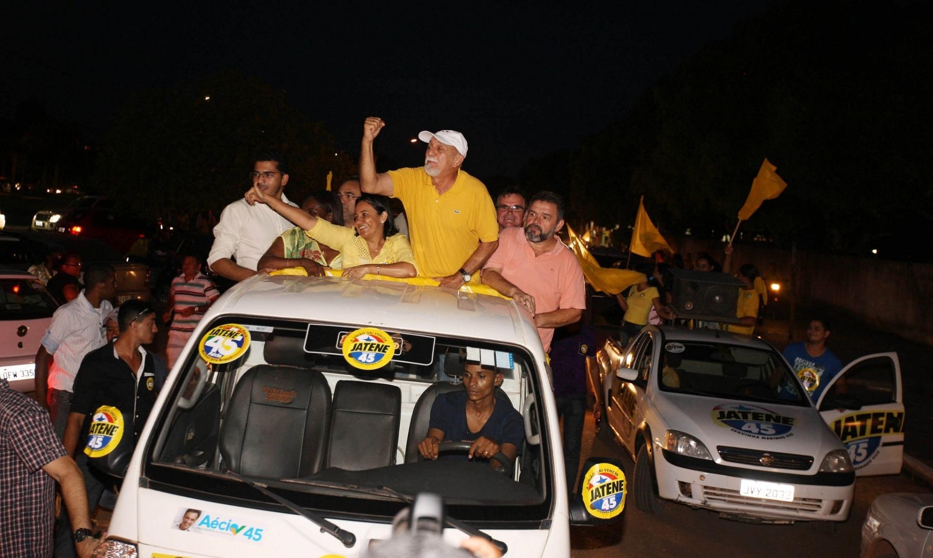 25.out.2014 - O governador do Pará e candidato à reeleição pelo PSDB, Simão Jatene, faz carreata com correligionários na cidade de Itaituba. Ele aparece com 48% das intenções de voto na última pesquisa Ibope, divulgada em 18 de outubro, atrás de Helder Barbalho (PMDB), que tem 52%