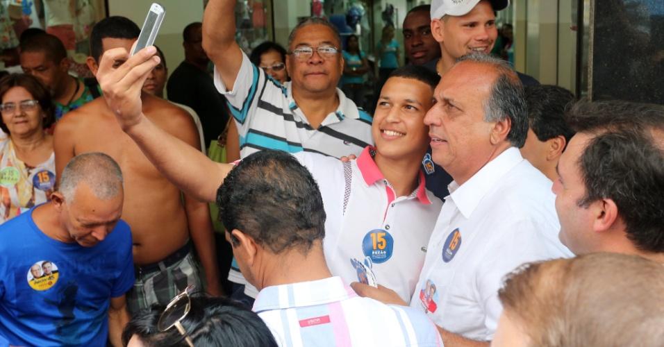25.out.2014 - O governador do Rio de Janeiro e candidato à reeleição pelo PMDB, Luiz Fernando Pezão, faz caminhada em Belford Roxo, na Baixada Fluminense. Ele lidera a disputa no Estado, segundo pesquisa Ibope divulgada em 23 de outubro, com 55% das intenções de voto. Marcelo Crivella (PRB) tem 45%