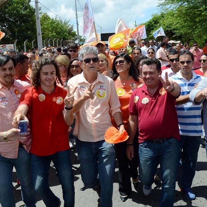 25.out.2014 - O governador e candidato à reeleição pelo PSB, Ricardo Coutinho, faz carreata em bairros de João Pessoa, nessa sexta-feira (24). Ele está à frente na última pesquisa eleitoral divulgada pelo Ibope em 17 de outubro, com 53% das intenções de voto. Cassio Cunha Lima (PSDB) tem 47%