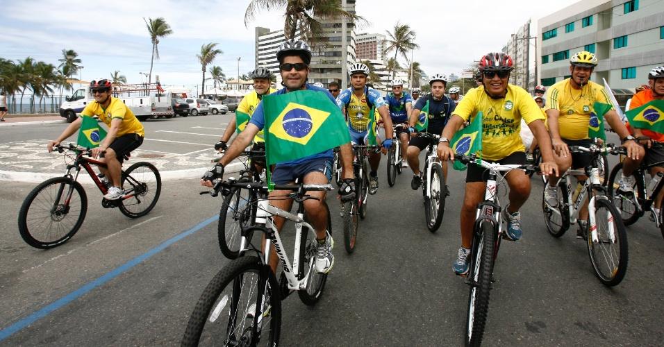 25.out.2014 - O prefeito de Salvador (BA), ACM Neto (à frente, de azul), do DEM, participa de pedalada em apoio ao candidato à Presidência da República Aécio Neves (PSDB). Na Bahia, o tucano teve um de seus piores resultados no primeiro turno, com 18,27% dos votos. Ele ficou pouco atrás de Marina Silva (PSB), que teve 18,38%, e distante de Dilma Rousseff, que alcançou a votação de 61,44% no Estado