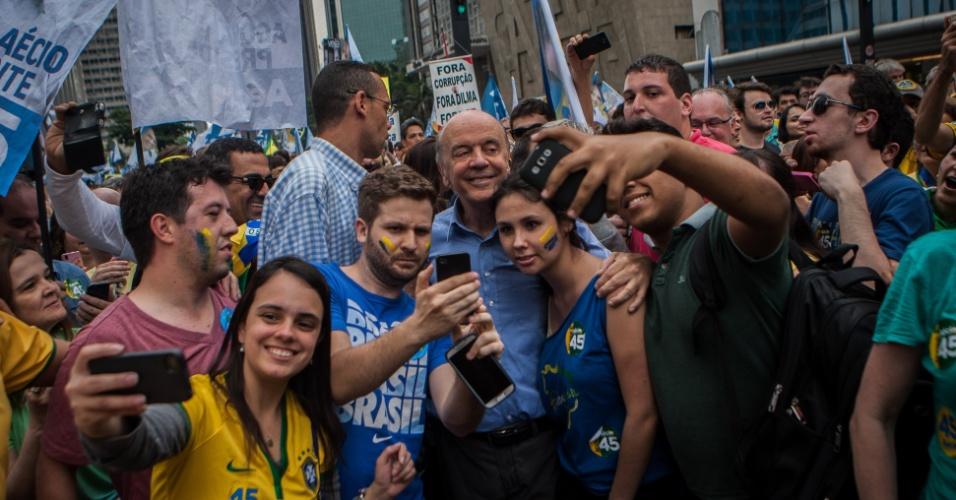 25.out.2014 - O senador eleito por São Paulo, José Serra (PSDB), participa de manifestação com militantes a favor da candidatura de Aécio Neves (PSDB), na avenida Paulista, zona sul da capital