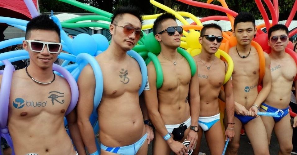 25.out.2014 - Participantes marcham com enfeites de balões durante a Parada Gay anual pelas ruas de Taipé, na ilha de Taiwan, na China, neste sábado (25). Milhares de pessoas se reuniram na ilha na maior parada do orgulho gay da Ásia, de acordo com os organizadores. O Parlamento local se comprometeu a rever as leis sobre casamentos de pessoas do sexo
