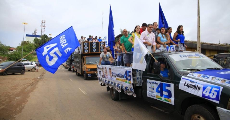 25.out.2014 - Partidários fazem carreata em apoio ao candidato do PSDB ao governo de Rondônia, Expedito Júnior, em Porto Velho, capital do Estado. De acordo com pesquisa Ibope divulgada no último dia 17, Expedito Júnior e o adversário, Confúcio Moura (PMDB), aparecem tecnicamente empatados na disputa. Enquanto Moura têm 51% dos votos válidos, Expedito Júnior aparece com 49%. A margem de erro da pesquisa é de três pontos percentuais, para mais ou para menos