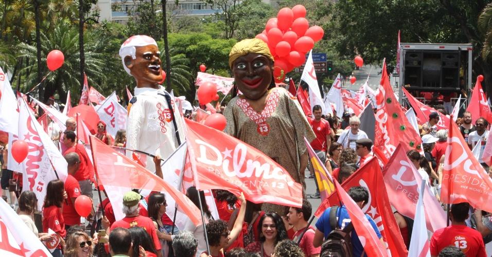 25.out.2014 - Partidários promovem caminhada de apoio à presidente e candidata à reeleição pelo PT, Dilma Rousseff, em Belo Horizonte. Segundo pesquisa Datafolha, a capital mineira chega ao segundo turno dividida, com Dilma e Aécio apresentando a mesma intenção de voto: 50% dos votos válidos cada um. No primeiro turno, a petista venceu o tucano no Estado por 43,4% a 39,7%
