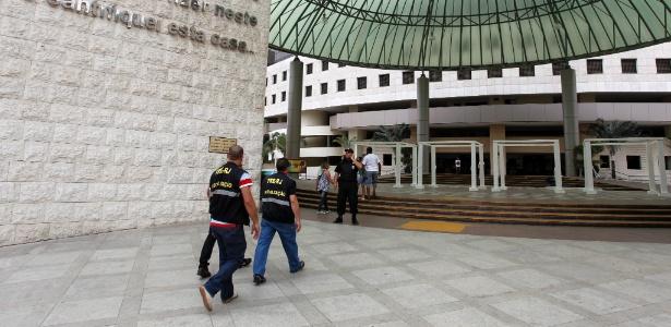A Catedral Igreja Mundial da Fé, da Universal, em Del Castilho, zona norte do Rio, foi vistoriada um dia antes do segundo turno das eleições