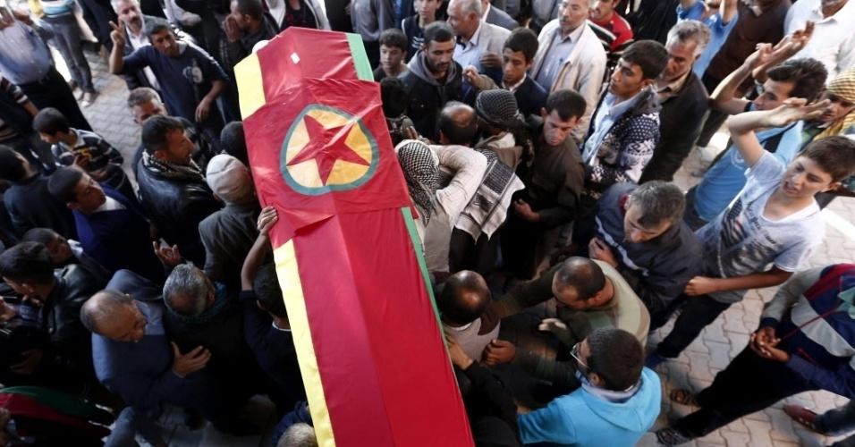 25.out.2014 - Sírios carregam os restos mortais de combatentes curdos que lutaram contra membros do grupo Estado Islâmico (EI) na cidade de Kobani, próxima à fronteira entre a Síria e a Turquia, nesta quinta-feira (23). Os jihadistas do EI perderam neste sábado (5) o controle de parte da área de Zemar, tomada pelas forças curdas, e a de Yarf al Sajr, agora em poder das forças governamentais iraquianas
