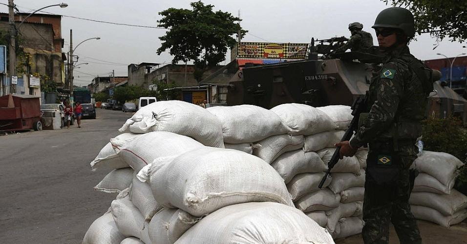 25.out.2014 - Soldados do exército patrulham o complexo de favelas da Maré, no Rio de Janeiro (RJ) neste sábado (25), véspera do segundo turno das eleições. 15 mil militares reforçam a segurança em locais considerados
