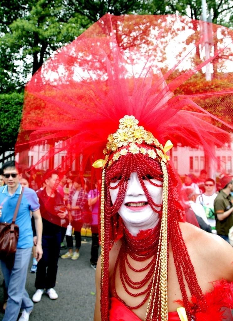 25.out.2014 - Um dos participantes da Parada Gay anual de Taipé, em Taiwan, na China, posa para fotos com sua fantasia neste sábado (25). Participantes de toda a China, Japão e Tailândia apoiam os direitos das minorias sexuais ao participar do evento, que é o  maior do tipo na Ásia