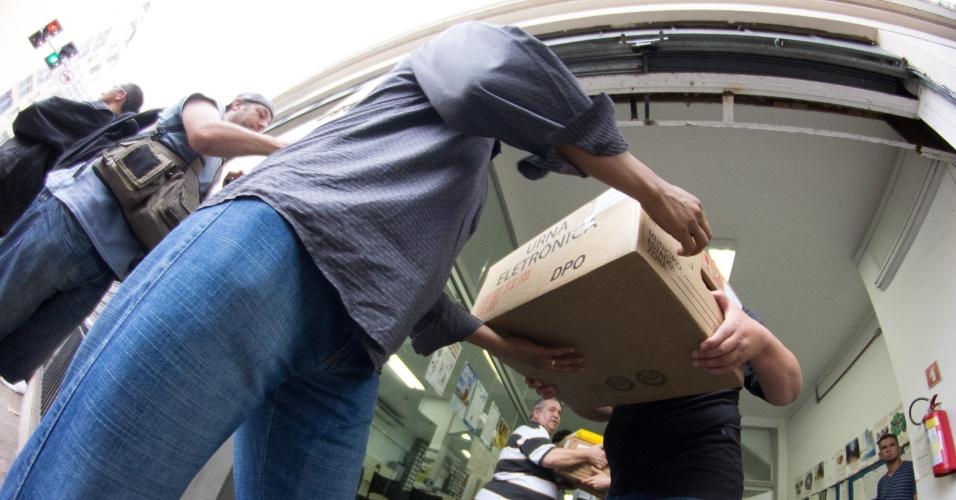 25.out.2014 - Urnas eletrônicas são transportadas do TRE (Tribunal Regional Eleitoral) para seções de votação em São Paulo (SP) neste sábado (25)