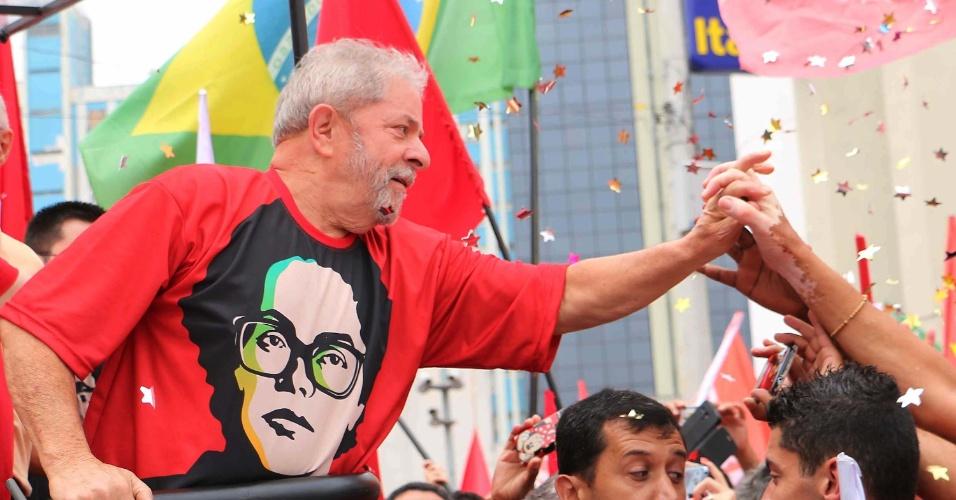 25.out.2014 - Vestindo uma camiseta que retrata a presidente Dilma Rousseff (PT) na época da ditadura, o ex-presidente Lula participa de ato pela reeleição da candidata no segundo turno das eleições. A caminhada foi realizada no centro de São Bernardo do Campo (SP) neste sábado (25)
